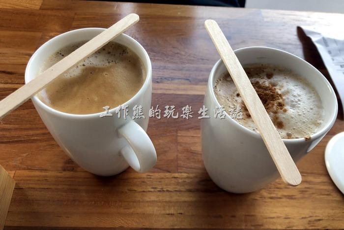 台南-6吋盤早午餐立賢店。我們兩人各點了一杯熱的黑咖啡(NT45)及一杯熱卡布奇諾(NT60),這裡的飲料需要單點,不包含在早午餐的套餐內。不過咖啡似乎不是這裡的強項。