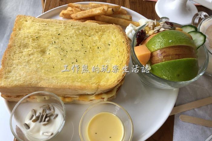 台南-6吋盤早午餐立賢店。古巴熱煎起士三明治拼盤,NT125。這看起來根本就是厚片土司嘛!水果盤裝在一個小碗內,也是有薯條,還有切片的水煮蛋。