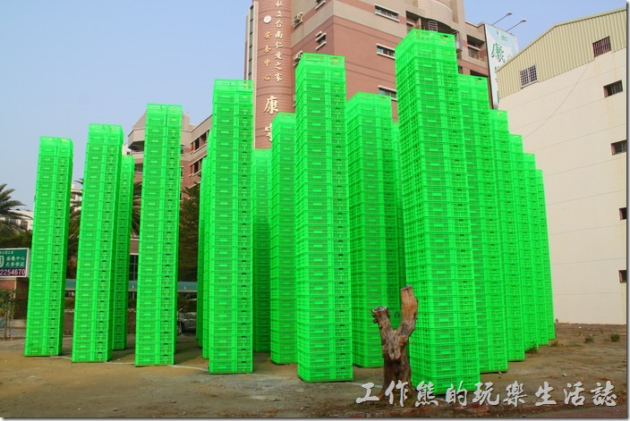 「321巷藝術聚落」可以由公園路靠近公園北路的入口進入,附近有韓國藝術家崔正化,以鮮綠色塑膠籃搭建而成的大型裝置「森」作品,籃子上面都有「321」的字樣。(作品已拆除)