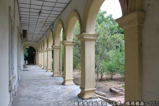 「社宅事務所」,迴廊與連續的拱門。