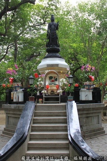 ▼「聖觀音像」,就座落在「社宅事務所」的旁邊,初看的時候還以為是天主教的聖母像,後來才知道是佛教的觀音菩薩,菩薩一般不都住在有屋簷的廟裡嗎?