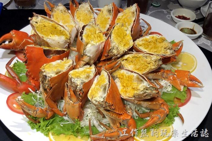 台北-新東南海鮮餐廳。超豪華的清蒸觸女蟳(幼母仔),總共14隻,NT6710。光用看的就讓人食指大動,不過不便宜啊!一斤要NT110,過了12月還有這麼飽滿蟹黃的處女蟳也不容易了。
