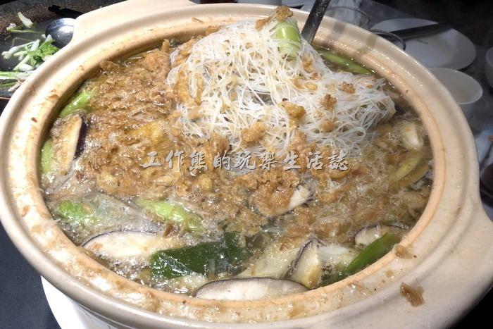 台北-新東南海鮮餐廳。白鯧魚米粉湯,NT1280。這道是新東南的招牌菜,除了魚肉外,還有香菇、青蔥、茄子、薑片、雞蛋及米粉,是一道可以餵飽大家的暖胃菜。