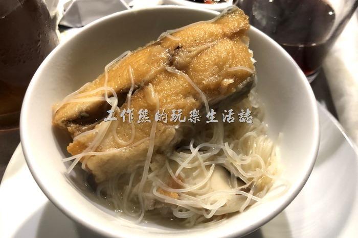 台北-新東南海鮮餐廳。這「白鯧魚」大小幾乎可以直逼小隻的土魠魚了!口感很好啊!這鯧魚有事先油煎過才下湯頭,搭配起來很好吃。第一口建議原汁喝,後面可以考慮家黑醋及白胡椒粉,鮮味會更提昇。