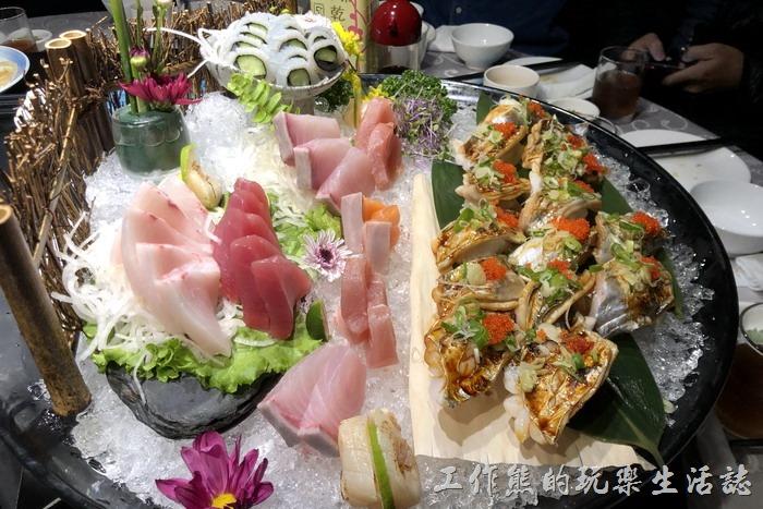 台北-新東南。第一道上來的就是豪華生魚片,NT1180+NT1190。這綜合生魚片點的時候基本上一份只有七片,我們總共點了三份湊成一大盤,還加了一些其他的壽司。生魚片每樣都好吃,就是無法每樣都吃到。