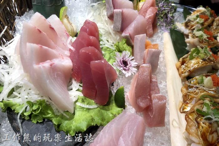 台北-新東南海鮮餐廳。鮭魚、鮪魚、紅魽生魚片每片都大塊新鮮好吃。