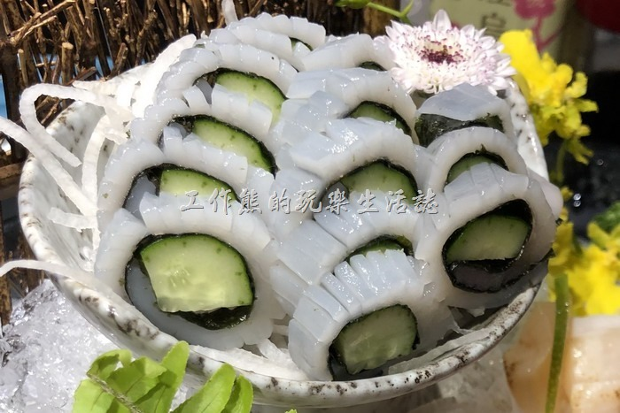 台北-新東南海鮮餐廳。軟絲卷,看到這個軟絲就懷念起了「鼻頭阿珠海產」的軟絲生魚片壽司。這裡的軟絲有點小,黃瓜太多了搶了軟絲的風采。