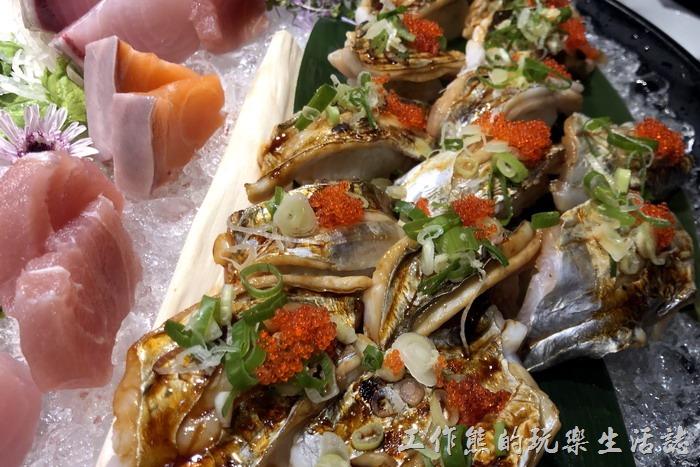 台北-新東南海鮮餐廳。這是白帝魚做成的炙燒壽司,吃起來還不錯,上面還放了明太子也灑了蔥花,起起來的口感還不錯,反而是米飯是熱的有點怪怪的。