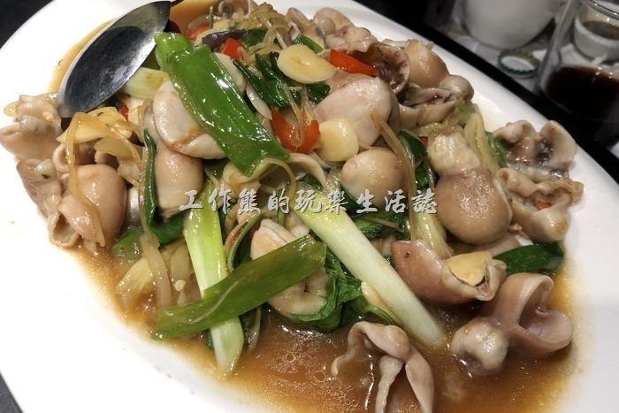 台北-新東南海鮮餐廳。石斑肚炒酸菜,NT480。這石斑肚吃起來脆脆酸酸的,口感獨特,不看菜名還真不知道這是石斑肚,吃起來感覺有點像脆腸,但是比脆腸還要脆。