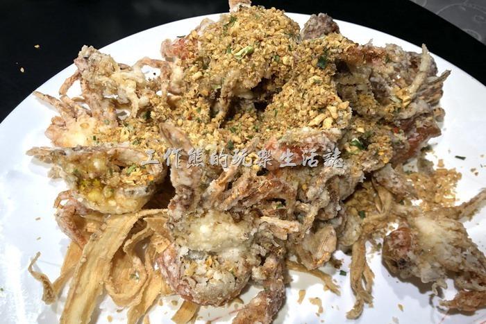 台北-新東南海鮮餐廳。酥炸軟殼蟹,NT1260。軟殼蟹炸到酥脆,口口爽脆,旁邊一條一條的是油炸過的牛蒡絲,也可以吃,味道就普通,應該是點綴用的。