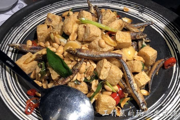 台北-新東南海鮮餐廳。臭豆腐丁香花生炒,NT520。太可惡了!工作熊居然沒有吃到這道臭豆腐,轉了一圈就見底了,就只有工作熊的手機吃到而已。