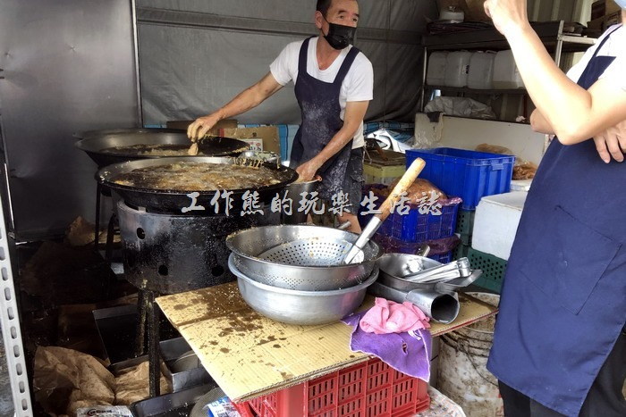 台南新化-葉麥克炸雞。原來現場準備了兩個外燴用的大鼎鍋子,這樣可以大火現炸,比一般鹹酥雞小攤的火來得猛,難怪可以炸出這麼酥脆的炸雞。