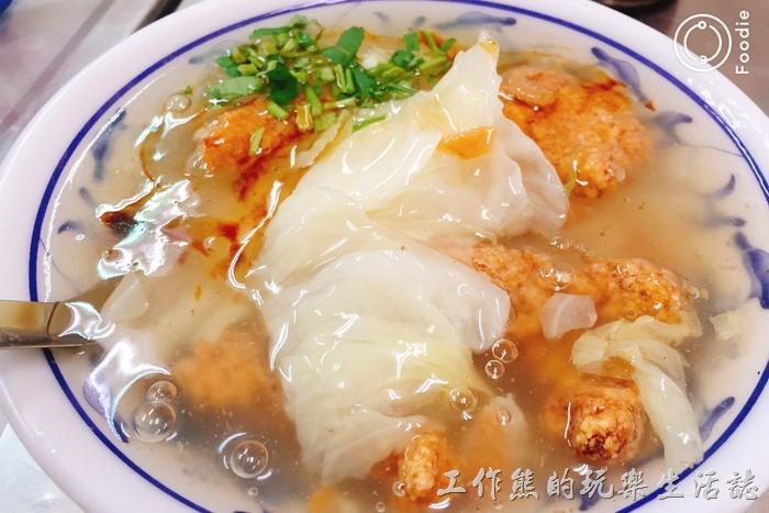 陳記真正土魠魚羹的湯頭放入了大白菜以增加甜度並調和魚肉味,應該沒有放扁魚,羹湯看起來有點給它黏稠,但喝得時候感覺還好,可以接受。