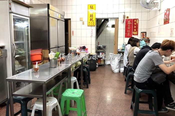 台南陳記紅燒土魠魚內部的場景,環境僅比路邊攤好一點點。