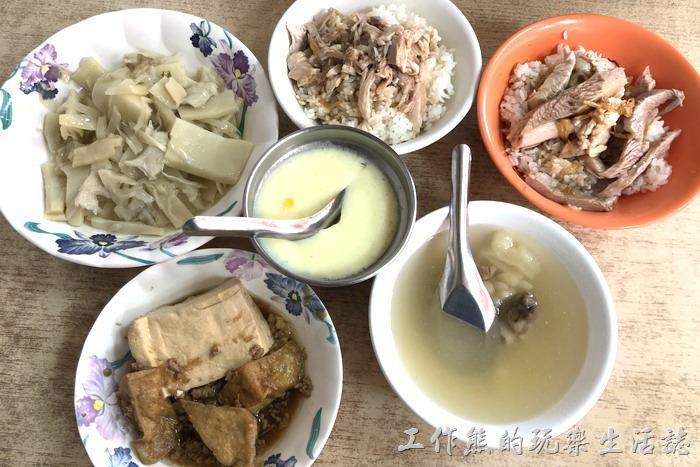我們兩個人點了一碗雞肉飯、一碗雞片飯、滷豆腐、雞湯茶碗蒸(蒸蛋)、滷脆筍、苦瓜排骨湯。