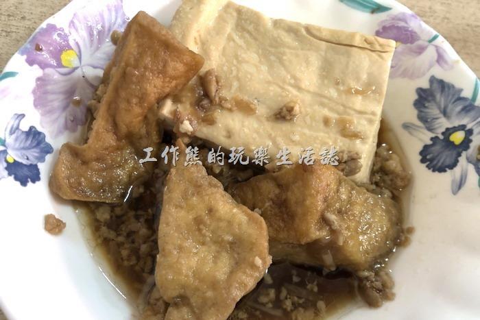 不知道你有沒有發現,在嘉義吃雞肉飯較的「滷豆腐」都是三角形油豆腐與板豆腐混合,口味一樣偏淡,所以淡大概是這家東門雞肉飯的特色。