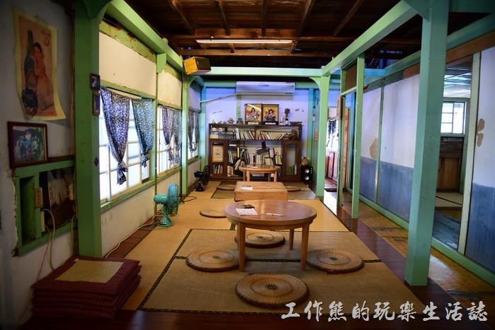 超過一甲子歲月的純木造「玉山旅社」就座落在前往阿里山的北門驛站前,修整後的旅店仍然保留超復古的店內樣貌。