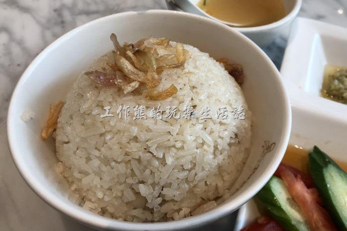 台北南港-金爸爸。這是「爸爸海南雞飯」附的米飯,用的是泰國米,吃起來偏硬且乾,看個人習慣,有人喜歡,有人不喜歡。