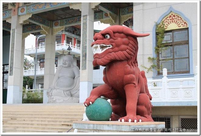 竹溪寺門前的紅色石獅子,我還沒見過其他的寺廟把石獅弄成紅色的。