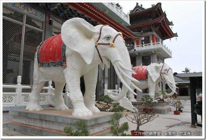 竹溪寺前有兩隻披著紅色的大象
