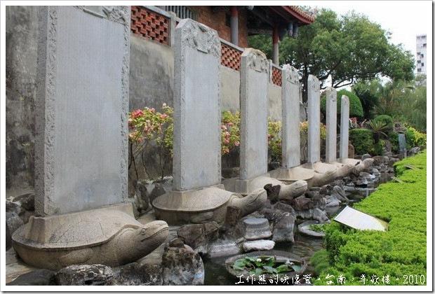 台南赤嵌樓。在庭園北側、海神廟旁豎立著九座贔屭(御龜碑),這是清乾隆五十一年(西元 1786)林爽文事件平定之後,乾隆皇帝親撰詩文表彰福康安的功勞所設。原本有十座,但是相傳在運往台南的途中,因為碑石過重有一隻落海遺失,後來補造一隻,目前這隻真碑假龜存放在嘉義市中山公園內。至於落海的龜座,百年後因台江淤淺而重見天日,在1911年時被漁民撈獲,並被尊為「白靈聖母」,供奉在保安宮內。
