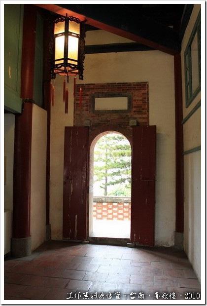 台南赤嵌樓。「文昌閣」的後門。比起「海神廟」的花俏後門,這裡就顯得樸實多了。