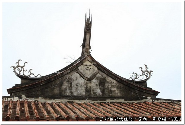 台南赤嵌樓。海神廟及文昌閣屬「歇山重簷頂」造型,外觀氣勢壯麗,屋頂二側中間的簷獅造型奇特,並不多見,據傳具避邪功能。