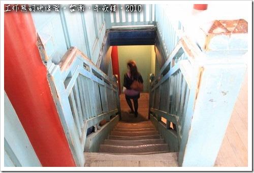 台南赤嵌樓還可以往二樓上到「文昌閣」。上到「文昌閣」及「海神廟」的頂層為木造樓梯,可以看得出來梯面已經被磨掉成為下陷的形狀。