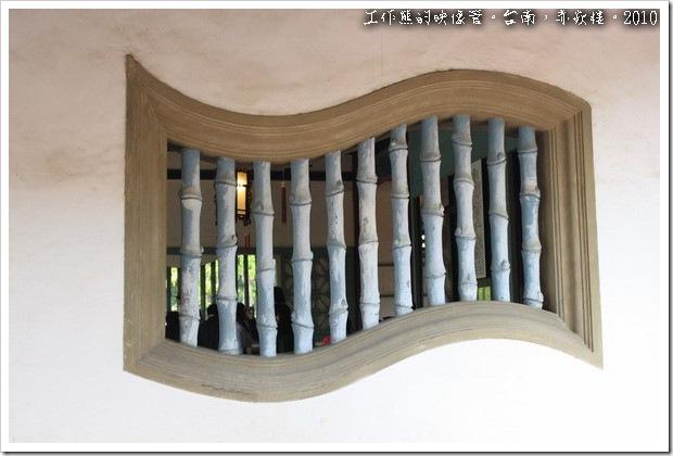 台南赤嵌樓。在海神廟及文昌閣的牆壁上,各有幾扇「書卷型的窗戶」,這個特別的設計一方面是裝飾,另一方面也取自它有喜愛讀書、重視文風的含意。