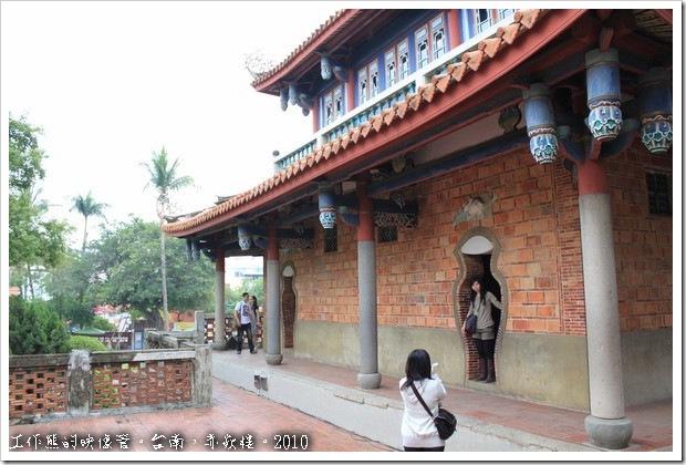 台南赤嵌樓。「海神廟」的後方,有兩個「瓶」門及「玉兔蕉葉」的門楣。