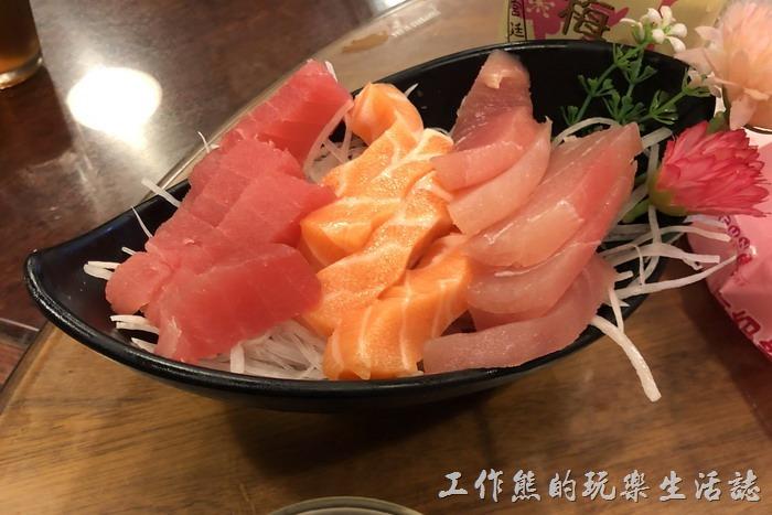 台北南港-三竹園客家小館。綜合生魚片,NT300。有旗魚、鮪魚、鮭魚個四片,生魚片的品質還可以。