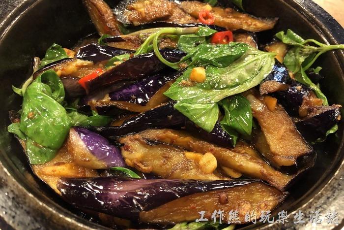 台北南港-三竹園客家小館。客家茄子煲,NT200。茄子燉到軟爛,使用九層塔、辣椒、蒜頭題味,但味道似乎還沒有完全進入茄子內,工作熊較喜歡哪種燉到更軟爛,有點入口即化感的茄子。
