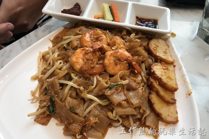 台北南港-金爸爸。檳城炒粿條,NT290。聽說來「金爸爸馬來西亞餐廳」要點粿條才是正道好吃,這炒粿條雖然看起來不怎麼樣,但味道還不錯,粿條吃起來Q彈而且入味,蝦子嘛!就還好。