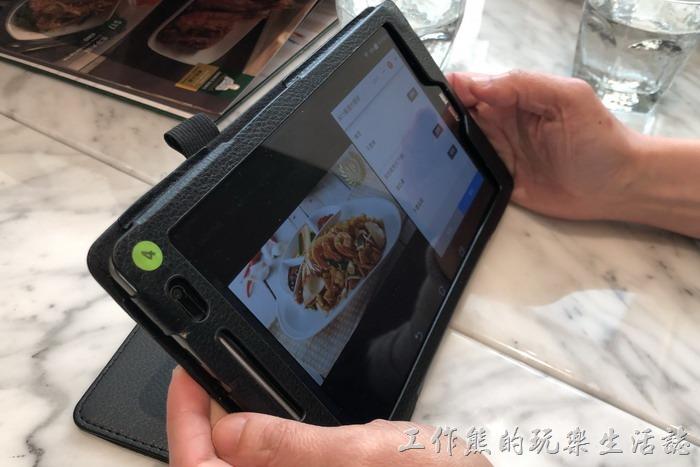 來到「金爸爸馬來西亞餐廳」是自助點餐,服務人員會給你一台平板電腦 (這台是ASUS)然後自己操作平板點餐