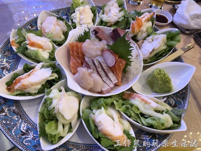 台北-頂鮮101景觀餐廳。龍蝦沙拉拼生魚片。生魚片很新鮮也好吃沒話說,份量也夠一人至少一塊。端上桌後服務人員會幫忙生魚片旁邊的龍蝦沙拉分送到餐桌上每位客人的手上,只是我們這群土包子,七手八腳的自己就給分好了,讓小女生在旁邊不知該說什麼?