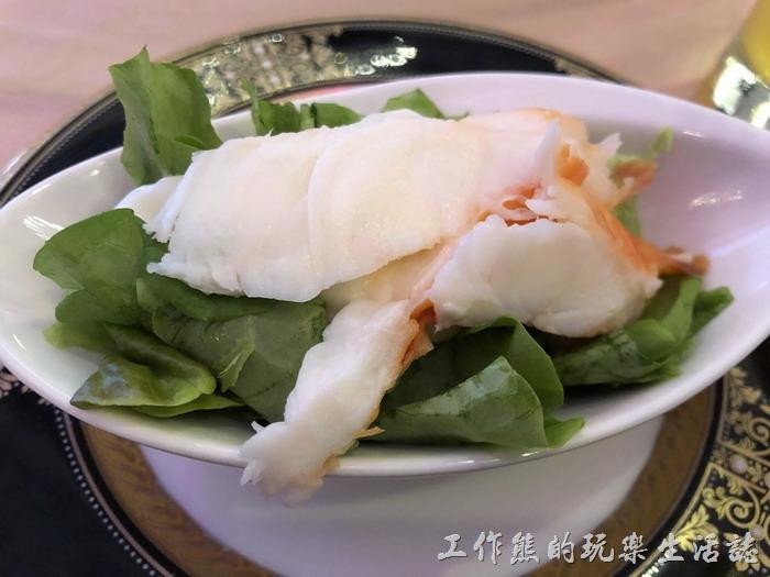 台北-頂鮮101景觀餐廳。這龍蝦沙拉份量還是蠻足夠了,看來就是把一隻大龍蝦燙熟後給分成了10份,龍蝦下面有美奶汁及生菜,最主要還是吃龍蝦,品質不錯,有嚼勁,與一般宴客吃的龍蝦沙拉差不多。