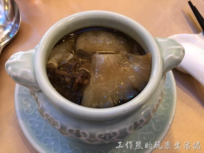 台北-頂鮮101景觀餐廳。魚翅傳箱佛跳牆。這道菜一上來就是一人一盅了,裡頭有魚翅、排骨酥、芋頭…等食材,味道不錯,工作熊有吃光。