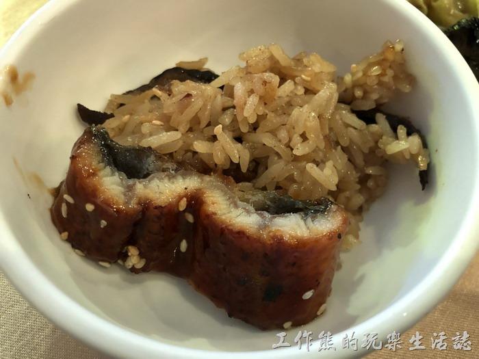 台北-頂鮮101景觀餐廳。蒲燒鰻魚的醬汁有點太甜了。