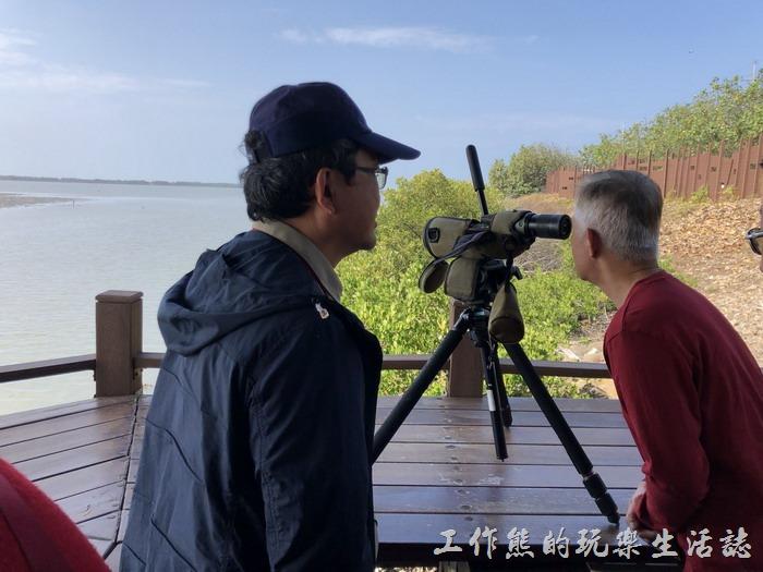 在七股黑面琵鷺保護區的「賞鳥亭」有志工引導觀賞,大炮(高倍望遠鏡)架設觀看,靜靜地觀鳥。