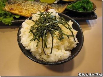 南港-船屋-平價生魚片蓋飯。烤鯖魚飯的米飯。