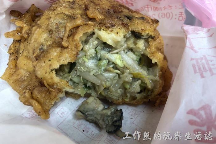 台南-春蚵嗲。咬了一口就有一顆蚵仔掉出來,印象中裡頭好像有二顆蚵仔。裡頭包有有高麗菜、蔥、芹菜、豆芽菜和韭菜…等。