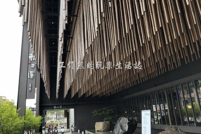 台南輕井澤拾七號店的外觀使用了大量的竹子做裝飾,外邊還有流水與禪義象徵的裝置藝術。