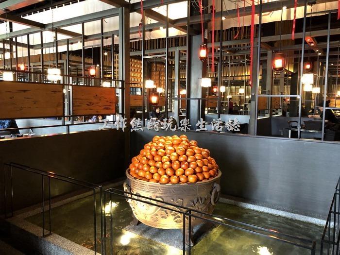 一進到台南輕井澤拾七號店的餐廳內,迎面而來的是這個鋪了一大盆柑橘的水池。