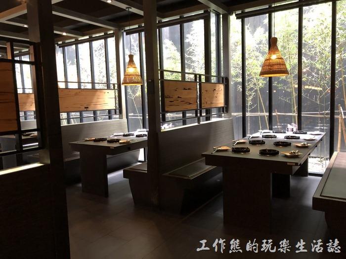 台南輕井澤拾七號店的用餐環境也相當的舒服,餐廳內有非常大的空間,可以容納百人以上的餐廳,有大廳的座位也有隔間的座位。