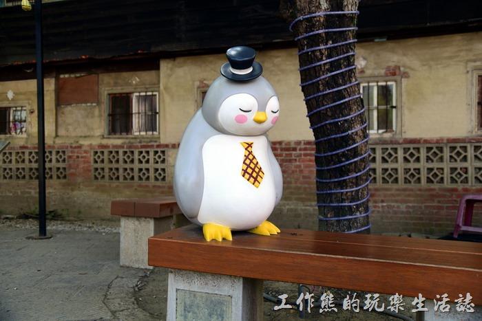 嘉義-北門車站沉睡森林。穿著燕尾服打者領帶大腹便便的企鵝正在打瞌睡呢!