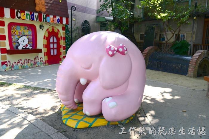 嘉義-北門車站沉睡森林。粉紅色的大象也捲曲著身子打盹!