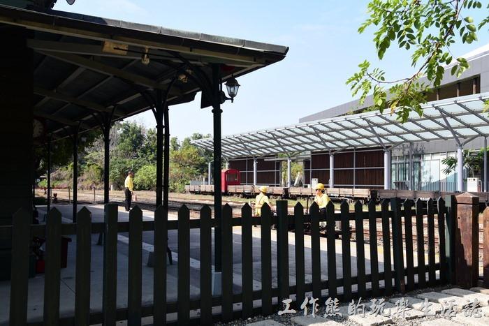 嘉義-北門車站。剛好有一部鐵道班的維修台車經過,記得好久以前用的是人力台車。