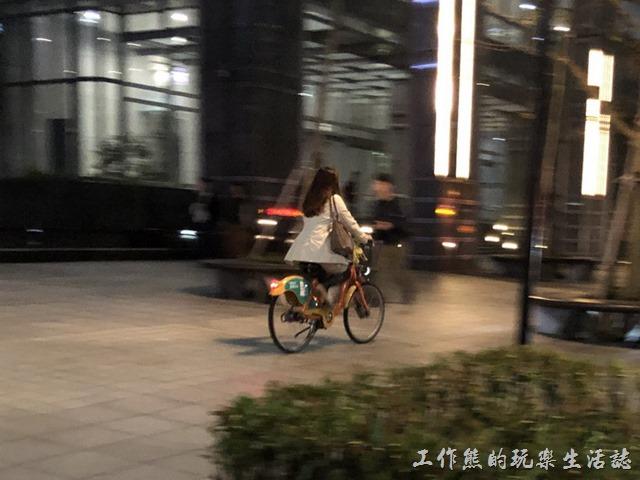 自行車退出人行道。從對面快速衝來,一夫當關萬夫莫敵樣