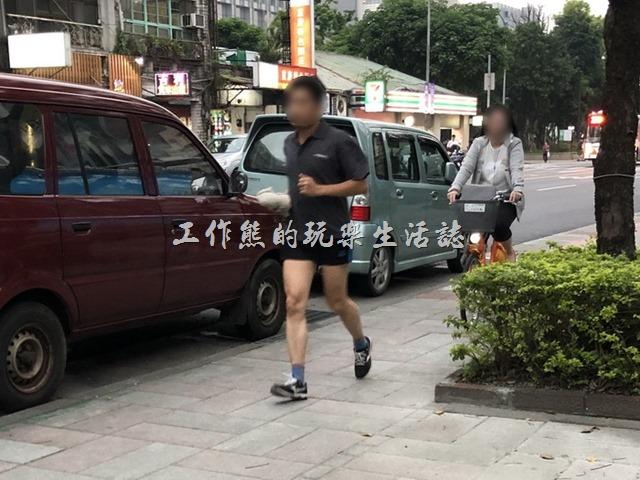自行車退出人行道。在身後猛按鈴鐺要求行人讓道