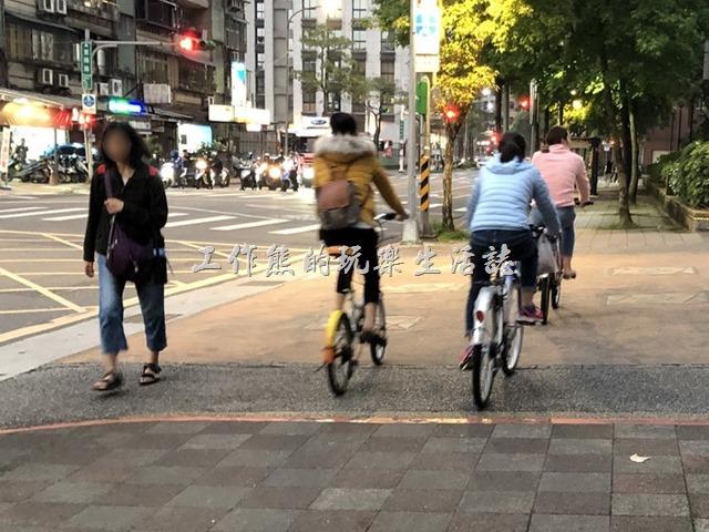 自行車退出人行道。並排騎乘在人行道上,好像整條人行道都是他們家的